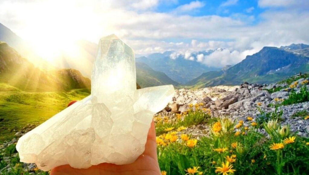 Bergkristall im Gebirge mit Sonne